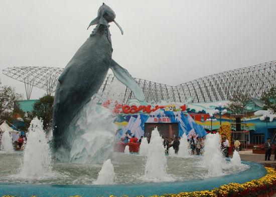 武汉极地海洋世界门口的设计犹如鲸鱼跃入海中
